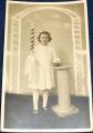 Děvče Lotti se svící a knihou - fotopohlednice 1951